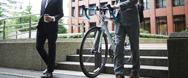 鍵のかかった自転車の運び方