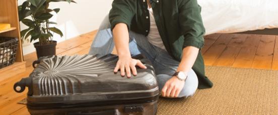 自宅で、スーツケース閉じた・・の画像